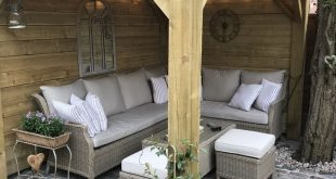 Hausgemachte Pavillon aus Holz, Kopfsteinpflaster, Gartenbeleuchtung, Sofa im Freien, Sitzgelegenheiten im Freien, Lounging im Freien