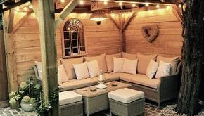 Selbst gemachter hölzerner Pavillon, Kopfsteinpflaster, Gartenbeleuchtung, Gartensofa, Sitzmöbel